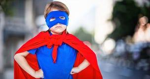 Составное изображение замаскированной девушки претендуя быть супергероем Стоковое Изображение RF