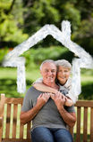 Составное изображение зрелых пар обнимая в саде Стоковые Изображения