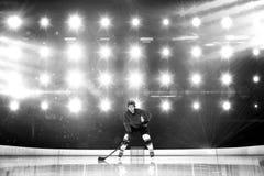 Составное изображение игрока играя хоккей на льде стоковое изображение rf