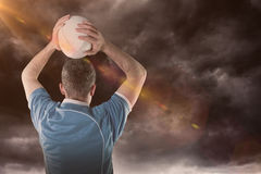 Составное изображение игрока рэгби бросая шарик рэгби 3D Стоковое Фото