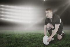 Составное изображение игрока рэгби готовое для того чтобы сделать пинок падения и 3d Стоковые Фото