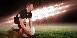 Составное изображение игрока рэгби готовое для того чтобы сделать пинок падения и 3d Стоковая Фотография RF