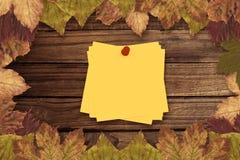 Составное изображение липкого примечания с красным pushpin Стоковое Фото