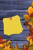 Составное изображение липкого примечания с красным pushpin Стоковые Фото