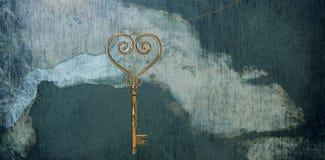 Составное изображение ключа сердца золота Стоковое фото RF
