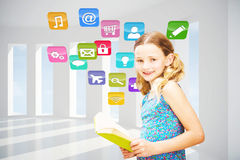 Составное изображение книги чтения девушки в библиотеке Стоковое фото RF