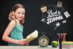 Составное изображение книги чтения девушки в библиотеке Стоковая Фотография