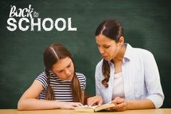 Составное изображение книги чтения учителя и девушки в библиотеке Стоковая Фотография RF