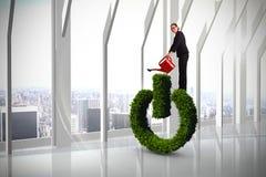 Составное изображение коммерсантки используя красную моча чонсервную банку стоковые изображения