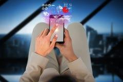 Составное изображение коммерсантки используя мобильный телефон Стоковая Фотография