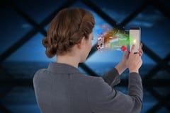 Составное изображение коммерсантки используя мобильный телефон Стоковое Изображение RF