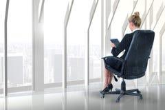 Составное изображение коммерсантки сидя на вращающееся кресло с таблеткой Стоковое Фото