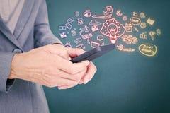 Составное изображение коммерсантки смотря ее smartphone Стоковое фото RF