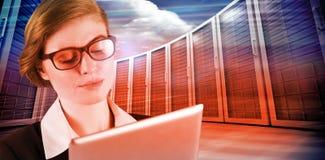 Составное изображение коммерсантки redhead используя ее ПК таблетки Стоковая Фотография RF