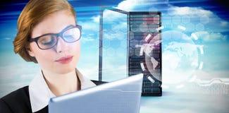 Составное изображение коммерсантки redhead используя ее ПК таблетки Стоковые Изображения