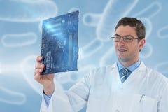 Составное изображение компьутерного инженера держа материнскую плату 3d Стоковое фото RF
