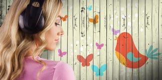 Составное изображение конца вверх женщины слушая к музыке Стоковое Изображение RF