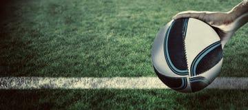 Составное изображение конца-вверх игрока рэгби при поднятая рука Стоковое Изображение
