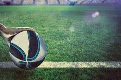 Составное изображение конца-вверх игрока рэгби при поднятая рука Стоковая Фотография