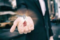 Составное изображение конца вверх металлического ключа и красного домашнего keychain Стоковая Фотография