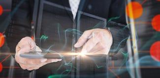 Составное изображение конца вверх по взгляду бизнесмена используя планшет Стоковые Фото