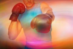 Составное изображение конца-вверх решительно мужского боксера сфокусировало на тренировке Стоковое фото RF