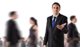 Составное изображение красивого бизнесмена держа руку вне стоковые фото