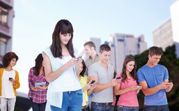 Составное изображение красивой женщины используя умный телефон Стоковые Изображения RF