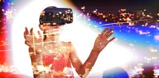 Составное изображение маленькой девочки держа виртуальные стекла стоковое фото rf