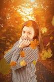 Составное изображение милой девушки в шлямбуре зимы усмехаясь на камере Стоковое Изображение RF