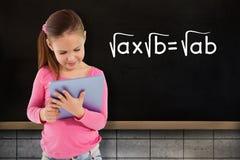 Составное изображение милой девушки используя таблетку Стоковое Изображение
