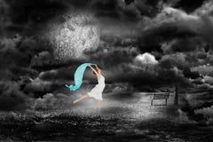 Составное изображение молодого красивого женского танцора с голубым шарфом Стоковые Изображения RF