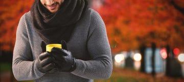 Составное изображение молодого человека продырявливая кружка кофе Стоковые Изображения