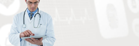 Составное изображение молодого доктора используя цифровую таблетку Стоковое Изображение