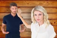 Составное изображение молодой блондинкы не слушая к парню Стоковое Изображение