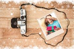 Составное изображение молодой женщины давая настоящий момент к ее супругу стоковая фотография