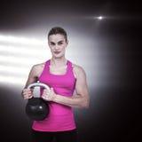 Составное изображение мышечной женщины работая с kettlebell Стоковые Фотографии RF