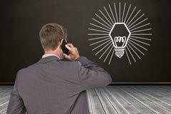 Составное изображение назад повернутого бизнесмена на телефоне Стоковые Изображения RF