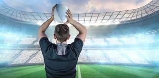 Составное изображение назад повернутого игрока рэгби бросая шарик Стоковая Фотография RF
