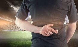 Составное изображение назад повернутого игрока рэгби при пересеченные пальцы Стоковая Фотография RF