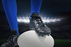 Составное изображение низкого раздела игрока рэгби на шарике Стоковое Фото
