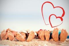 Составное изображение ног друзей лежа совместно Стоковое Изображение