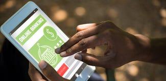 Составное изображение онлайн-банкингов отправляет СМС на зеленом передвижном дисплее стоковые изображения
