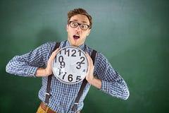 Составное изображение отвратительного бизнесмена держа часы Стоковые Изображения