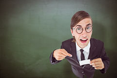 Составное изображение отвратительного бизнесмена смотря камеру и указывая на карточку Стоковое Изображение RF