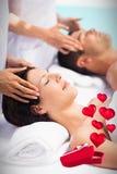 Составное изображение пар в курорте и сердец летая от коробки 3d Стоковое Изображение