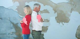 Составное изображение пар держа 2 половины разбитого сердца Стоковое Изображение