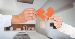 Составное изображение пар дела вручает держать разбитый сердце Стоковые Изображения