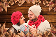 Составное изображение пар зимы держа кружки Стоковые Фото