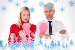 Составное изображение пар не говоря держащ 2 половины разбитого сердца Стоковые Фотографии RF